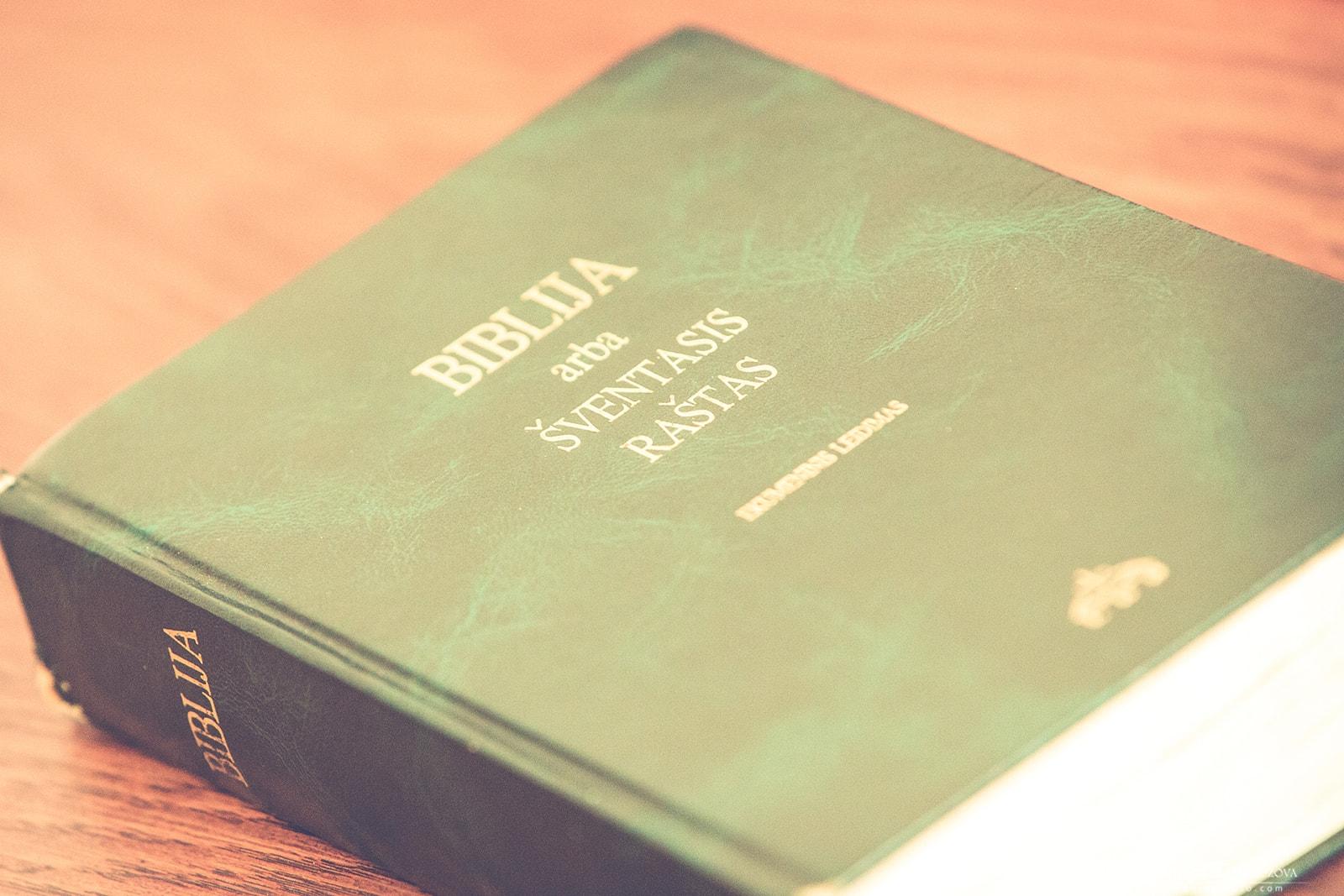 Biblija Šventasis Raštas meninefotografija